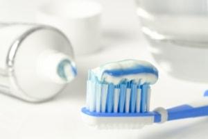 Zubní kartáček a zubní pasta