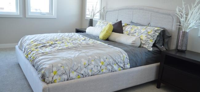 Bílá čalouněná postel