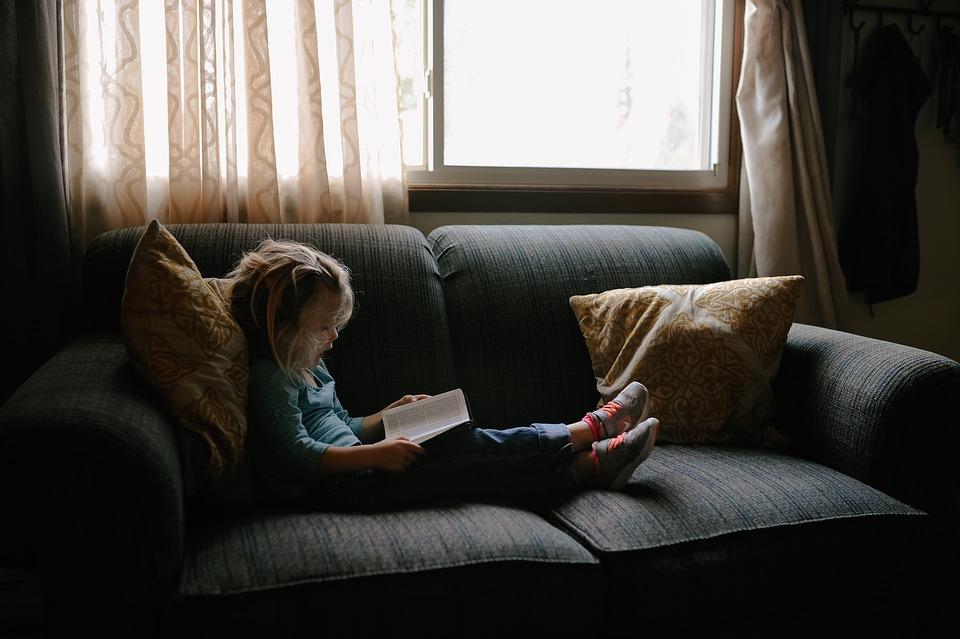 Dítě na sedací soupravě