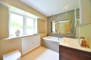 Koupelna s velkými dlaždicemi