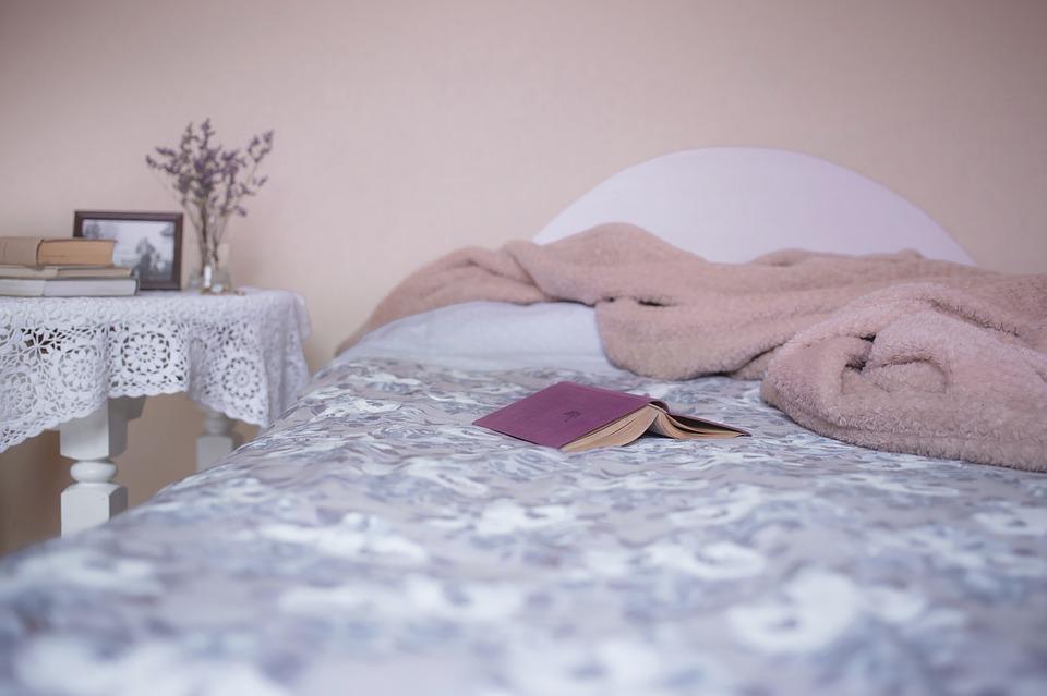 Bílá a fialová postel