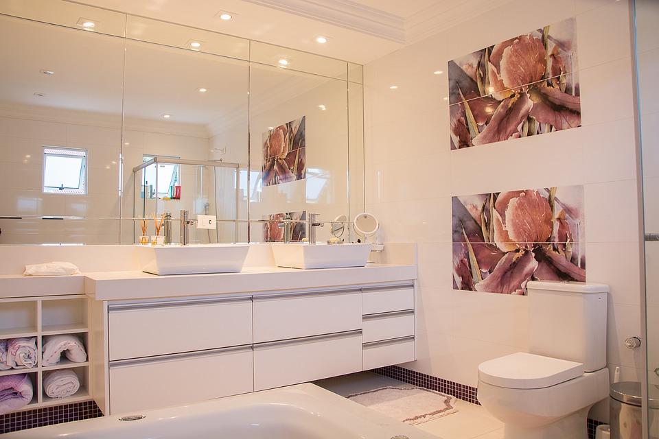 Bílá koupelna s obrazy