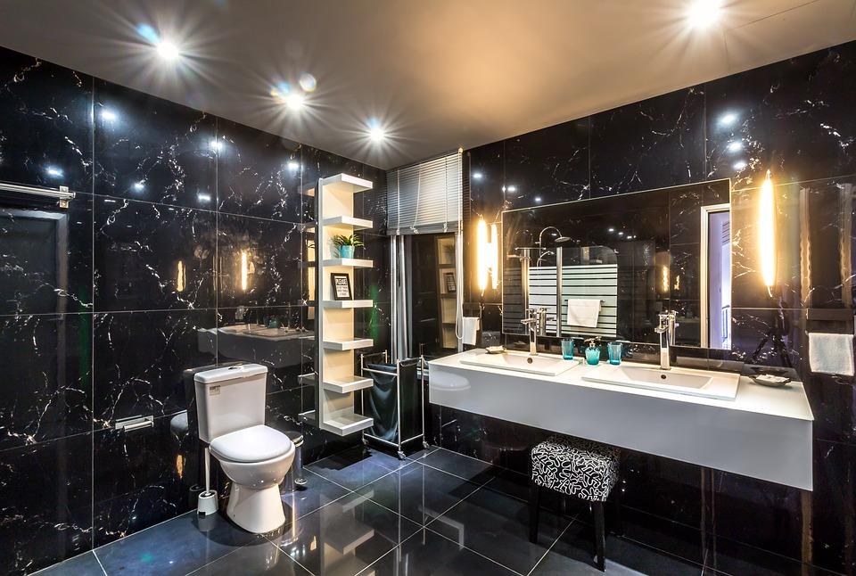Černá koupelna s dlaždicemi