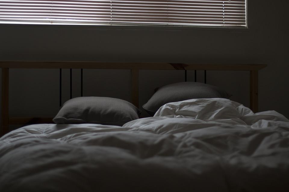 Dřevěné čelo postele