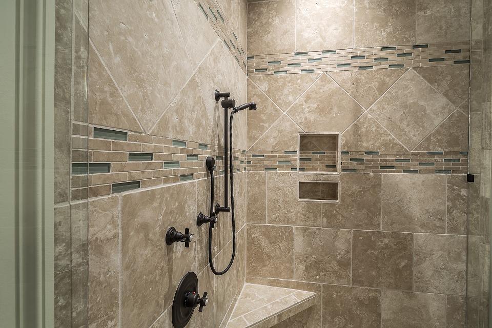 Sprcha s dlaždicemi
