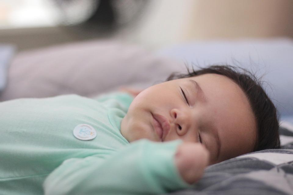 Chůvička hlídá dítě během spánku