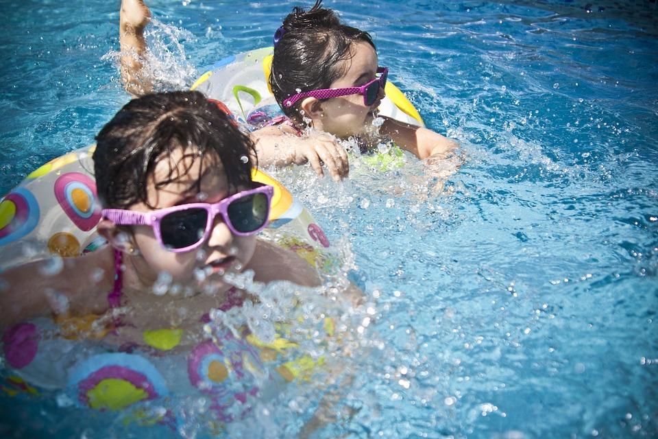 Děti se koupou v bazénu