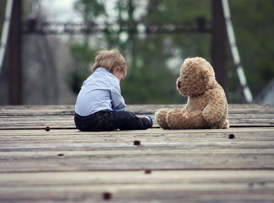 Dítě a plyšový medvěd
