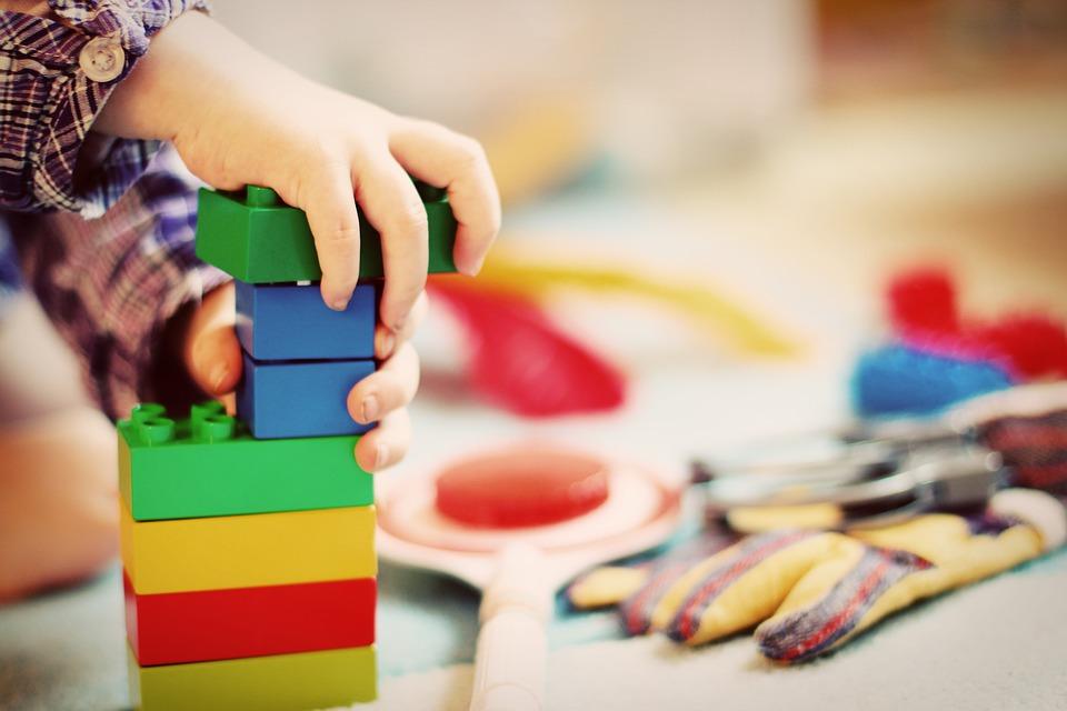Dítě si hraje se stavebnicí