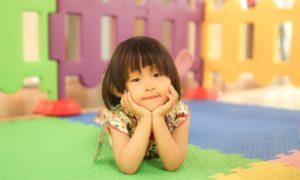 Dítě na hrací dece