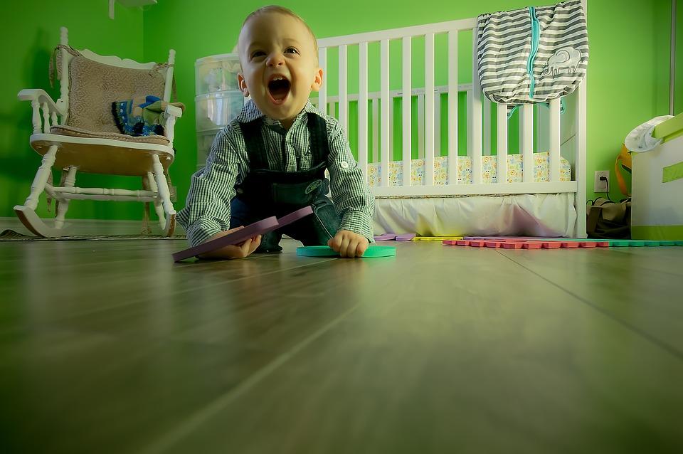 Dítě si hraje s dětskou hrací dekou