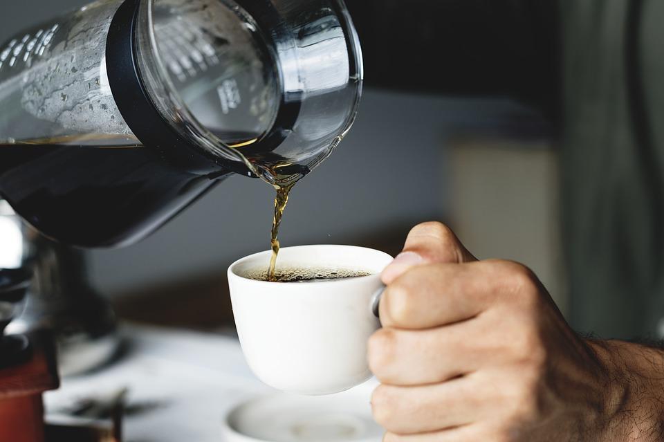 Nalévání kávy z kávovaru