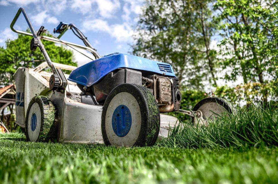 Sekání trávy se sekačkou