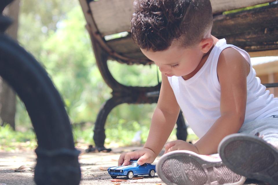 Dítě si hraje s autíčkem