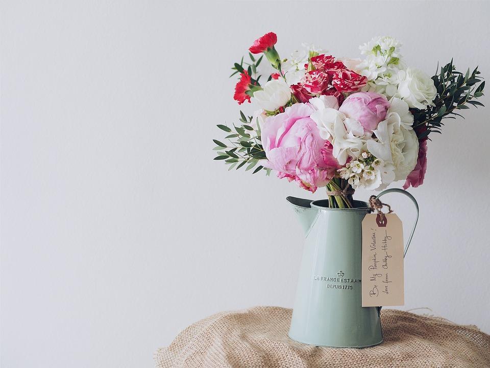 Dekorace váza s květinami