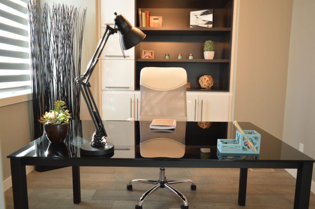 V pracovně nesmí chybět stolní lampa